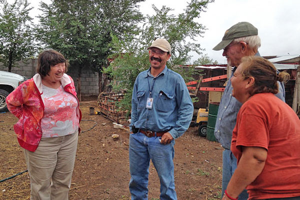 Jackye Meinecke (L) chats with the Border Partners team Juan Rascon, Peter Edmunds, and Juana Flores during her visit to our garden program in Puerto Palomas.